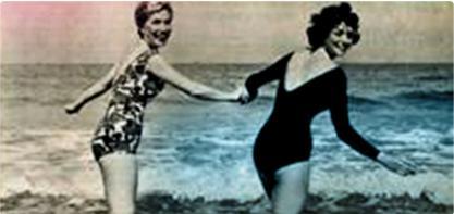 Bilde av to kvinner i badedrakt som holder hånd. Bildet er gammeldags og viser den kvinnelige revolusjonen.