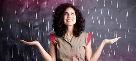 Bilde av en ung kvinne som står foran en tavle.