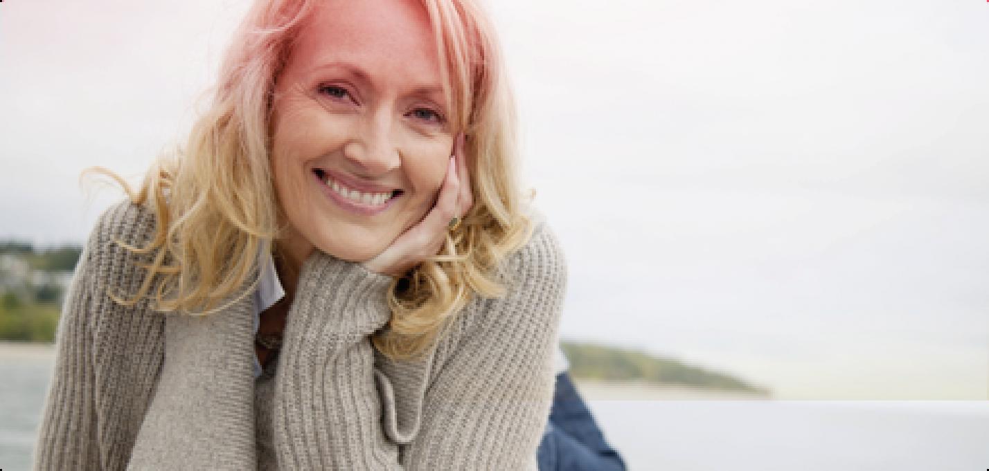 Venstrestilt bilde av en middelaldrende kvinne som ler.